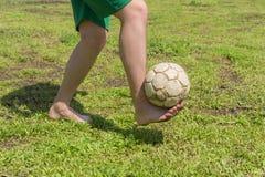 Bosy amatorski gracz piłki nożnej obraz stock
