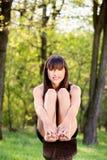 Bosy kobiety obsiadanie na ławce w parku obraz stock