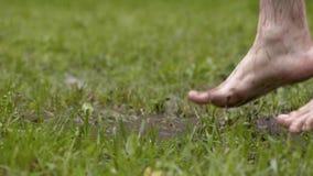 Bosy mężczyzna skacze w wodzie w trawie zdjęcie wideo