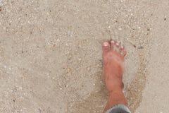 Bosy nogi odprowadzenie w plaży, wakacje na lata morzu Obraz Stock