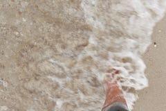 Bosy nogi odprowadzenie w plaży, wakacje na lata morzu Zdjęcie Stock