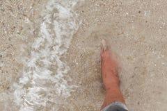 Bosy nogi odprowadzenie w plaży, wakacje na lata morzu Obrazy Stock