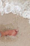Bosy nogi odprowadzenie w plaży, wakacje na lata morzu Fotografia Royalty Free