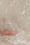 Bosy nogi odprowadzenie w plaży, wakacje na lata morzu Zdjęcia Royalty Free