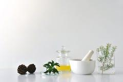 Botánica orgánica natural y cristalería científica, medicina alternativa de la hierba fotos de archivo