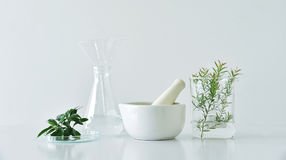 Botânica orgânica natural e produtos vidreiros científicos, medicina alternativa da erva, produtos de beleza naturais dos cuidado fotos de stock