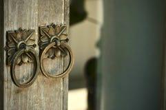 Botão-aldrava da porta do metal na porta rustical velha fotos de stock