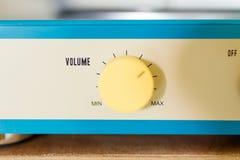 Botão amarelo do volume imagem de stock