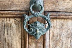 Botão antigo do punho da tração em uma porta de madeira do vintage Architectu imagem de stock royalty free