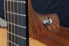 Botão da correia da guitarra acústica fotos de stock