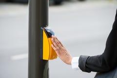 Botão da faixa de travessia de Hand Pressing Yellow da mulher de negócios imagens de stock