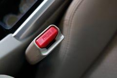 Botão da imprensa da correia de segurança no banco de carro do veículo fotos de stock