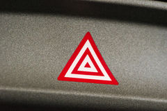 Botão da luz da atenção da emergência do carro no triângulo vermelho Foto de Stock Royalty Free