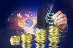 Botão da partida em uma tela virtual tocada por um homem de negócios, pelo homem de negócio que apontam no gráfico do crescimento foto de stock royalty free