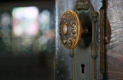 Botão da porta velha fotografia de stock