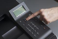 Botão da pressão de mãos do ` s da mulher na impressora de cor do laser do painel de controle fotos de stock royalty free