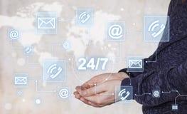 Botão da Web do impulso do homem de negócios 24 de serviço horas de correio da rede Foto de Stock Royalty Free