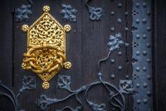 Botão de cobre na porta do castelo fotos de stock