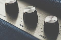 Botão de controle baixo no amplificador da música imagem de stock