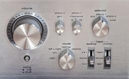 Botão de controle brilhante do volume do metal do amplificador estereofônico do vintage Imagens de Stock