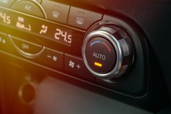 Botão de controle da temperatura no condicionador de ar do carro fotografia de stock royalty free