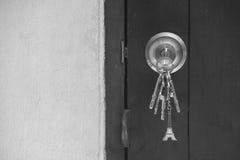 Botão de madeira velho da chave da porta com chaves fotografia de stock