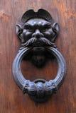 Botão de porta antigo com cabeça do homem na porta obsoleta de madeira velha Imagem de Stock