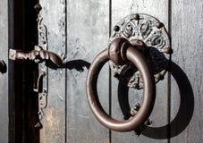 Botão de porta antigo do ferro fotos de stock royalty free