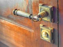 Botão de porta antigo do metal Porta de madeira velha fotos de stock