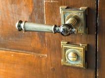 Botão de porta antigo do metal Porta de madeira velha imagem de stock