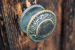 Botão de porta de bronze antigo da colmeia fotografia de stock royalty free