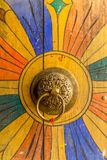 Botão de porta butanês em Trongsa Dzong imagens de stock