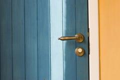 Botão de porta colorido de uma porta de madeira foto de stock royalty free