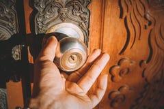 Botão de porta com posse e mão chaves imagem de stock
