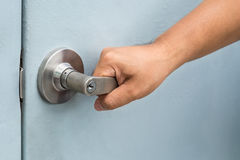 Botão de porta da abertura da mão do homem fotografia de stock royalty free