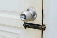 Botão de porta da porta de madeira da porta do botão ou punho inoxidável branco, mão imagens de stock royalty free