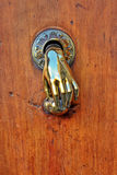 Botão de porta dado forma mão. imagens de stock