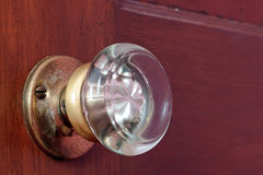 Botão de porta de vidro velho fotografia de stock