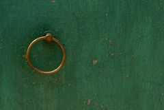 Botão de porta do marrom do ferro redondo na parede verde foto de stock royalty free