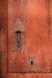 Botão de porta do vintage e buraco da fechadura velhos envelhecidos foto de stock royalty free