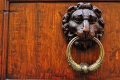 Botão de porta do vintage em Italy fotografia de stock