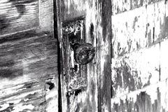 Botão de porta do vintage na porta derramada foto de stock royalty free