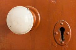 Botão de porta e buraco da fechadura velhos foto de stock