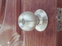 Botão de porta empoeirado fotografia de stock
