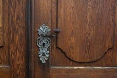 Botão de porta feito a mão em uma porta de madeira marrom fotografia de stock