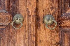 Botão de porta feito a mão velho do otomano fotos de stock