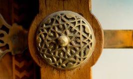Botão de porta feito a mão velho do otomano foto de stock
