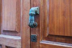 Botão de porta, forma da mão que bate o botão de porta fotos de stock