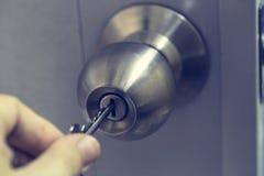 Botão de porta inoxidável na porta branca Foto de Stock Royalty Free