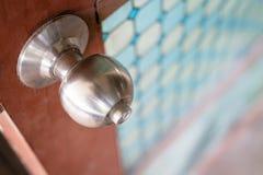 Botão de porta inoxidável de prata foto de stock